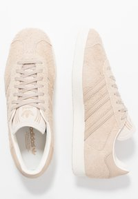 adidas Originals - GAZELLE - Sneaker low - pale nude/white - 1