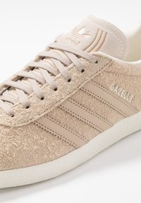 adidas Originals - GAZELLE - Sneaker low - pale nude/white - 5