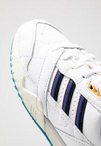 adidas Originals - A.R. TRAINER - Sneakers laag - footwear white/collegiate burgundy/collegiate royal - 5