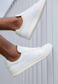 adidas Originals - STAN SMITH - Joggesko - footwear white/linen green/offwhite - 7