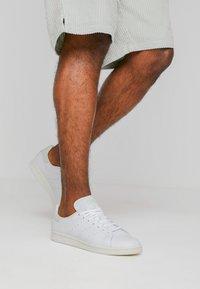adidas Originals - STAN SMITH - Joggesko - footwear white/linen green/offwhite - 0