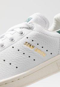 adidas Originals - STAN SMITH - Matalavartiset tennarit - footwear white/collegiate green - 5