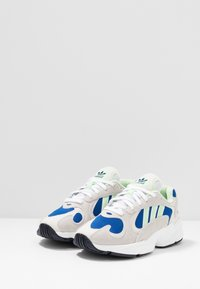 adidas Originals - YUNG-1 - Tenisky - footwear white/gloe green/collegiate royal - 3