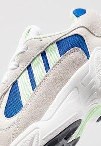 adidas Originals - YUNG-1 - Tenisky - footwear white/gloe green/collegiate royal - 8