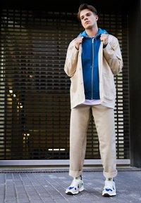 adidas Originals - YUNG-1 - Tenisky - footwear white/gloe green/collegiate royal - 6
