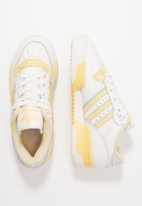 adidas Originals - RIVALRY - Sneaker low - cloud white/offwhite/easy yellow - 1
