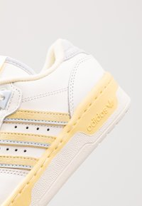 adidas Originals - RIVALRY - Sneaker low - cloud white/offwhite/easy yellow - 5
