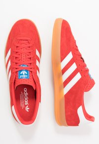 adidas Originals - GAZELLE INDOOR STREETWEAR-STYLE SHOES - Tenisky - active red/footwear white - 1