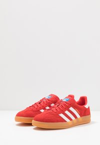 adidas Originals - GAZELLE INDOOR STREETWEAR-STYLE SHOES - Tenisky - active red/footwear white