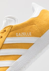 adidas Originals - GAZELLE - Tenisky - active gold/footwear white - 5