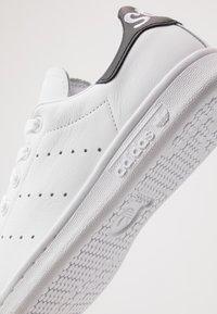 adidas Originals - STAN SMITH NEON HEEL SHOES - Tenisky - footwear white/core black - 5
