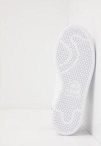 adidas Originals - STAN SMITH NEON HEEL SHOES - Tenisky - footwear white/core black - 4