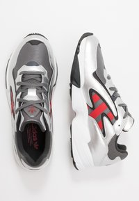 adidas Originals - YUNG-96 CHASM TORSION SYSTEM RUNNING-STYLE - Matalavartiset tennarit - grey four/scarlet/silver metallic - 1