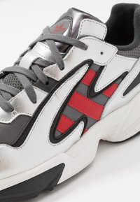 adidas Originals - YUNG-96 CHASM TORSION SYSTEM RUNNING-STYLE - Matalavartiset tennarit - grey four/scarlet/silver metallic - 5