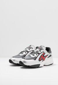 adidas Originals - YUNG-96 CHASM TORSION SYSTEM RUNNING-STYLE - Matalavartiset tennarit - grey four/scarlet/silver metallic - 2