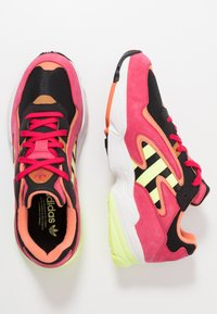 adidas Originals - YUNG-96 CHASM TORSION SYSTEM RUNNING-STYLE - Tenisky - core black/hi-res yellow/pink - 1