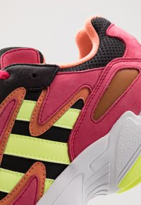 adidas Originals - YUNG-96 CHASM TORSION SYSTEM RUNNING-STYLE - Tenisky - core black/hi-res yellow/pink - 5