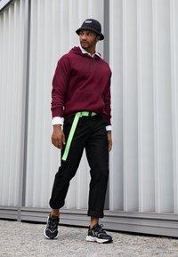 adidas Originals - OZWEEGO ADIPRENE+ RUNNING-STYLE SHOES - Matalavartiset tennarit - core black/solar green/onix - 6