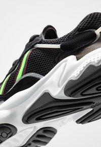 adidas Originals - OZWEEGO - Sneakers basse - core black/solar green/onix - 8