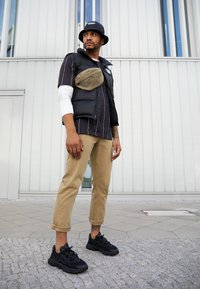 adidas Originals - OZWEEGO ADIPRENE+ RUNNING-STYLE SHOES - Sneakers basse - core black/carbon - 6