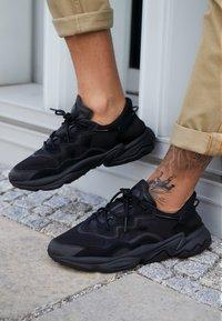 adidas Originals - OZWEEGO ADIPRENE+ RUNNING-STYLE SHOES - Sneakersy niskie - core black/carbon - 7