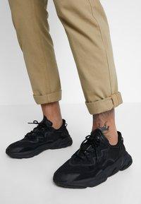 adidas Originals - OZWEEGO - Sneaker low - core black/carbon - 0