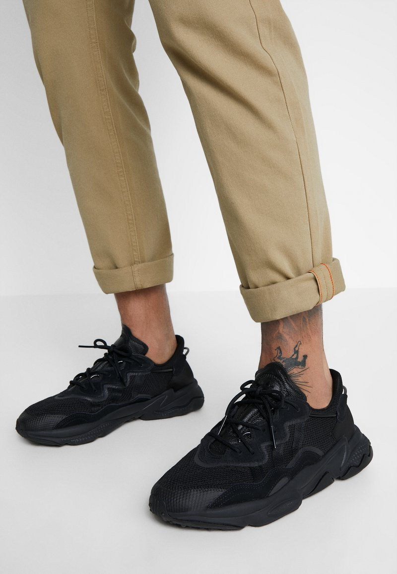 adidas Originals - OZWEEGO - Sneaker low - core black/carbon