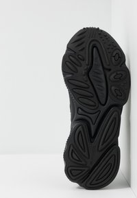 adidas Originals - OZWEEGO ADIPRENE+ RUNNING-STYLE SHOES - Sneakersy niskie - core black/carbon - 5