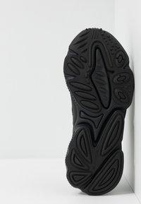 adidas Originals - OZWEEGO - Sneaker low - core black/carbon - 5
