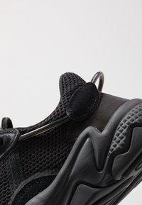 adidas Originals - OZWEEGO - Sneaker low - core black/carbon - 6