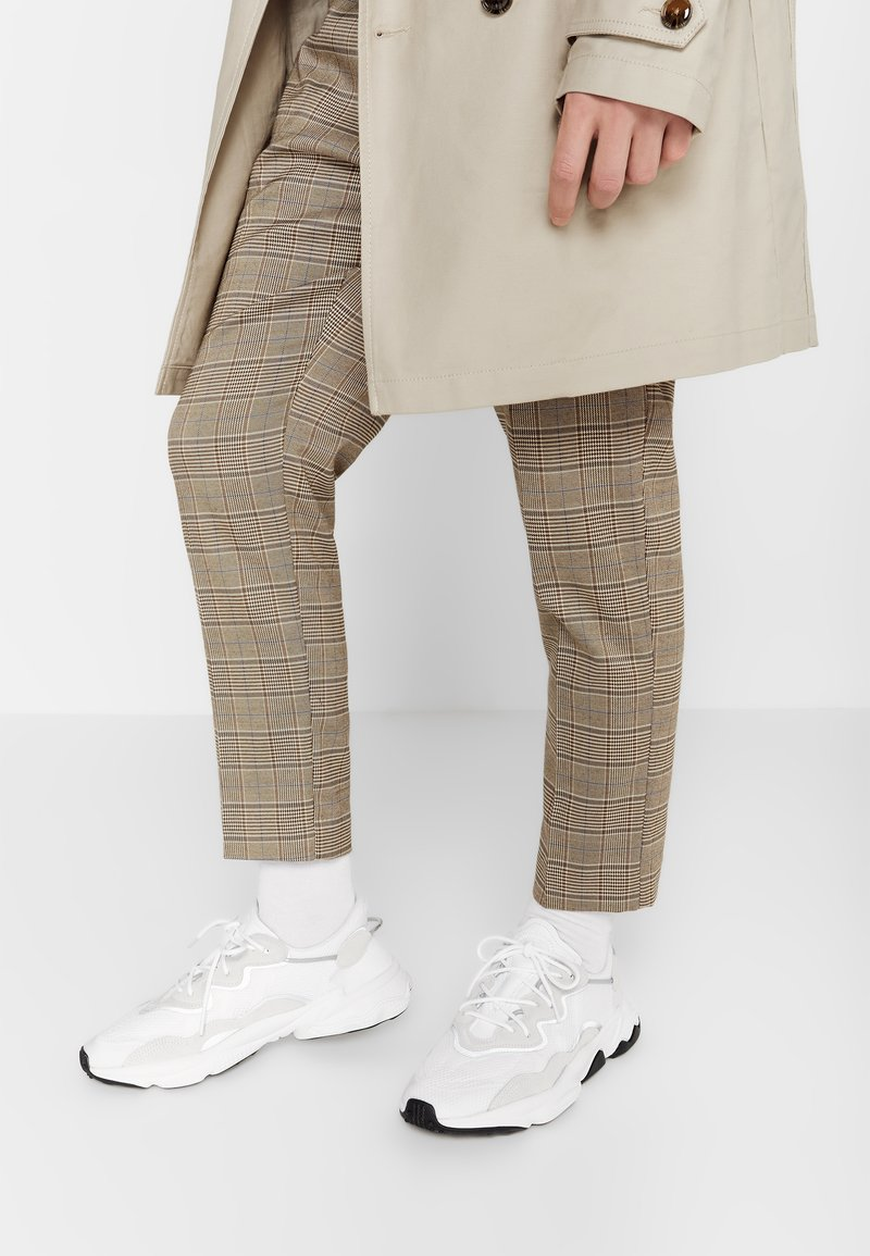 adidas Originals - OZWEEGO - Sneakers - ftwwht/ftwwht/cblack