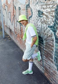 adidas Originals - OZWEEGO ADIPRENE+ RUNNING-STYLE SHOES - Matalavartiset tennarit - glow green/core black/solar yellow - 6