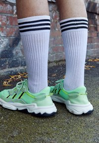 adidas Originals - OZWEEGO ADIPRENE+ RUNNING-STYLE SHOES - Matalavartiset tennarit - glow green/core black/solar yellow - 7
