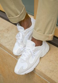 adidas Originals - YUNG-1 TORSION SYSTEM RUNNING-STYLE SHOES - Matalavartiset tennarit - cloud white/footwear white - 7