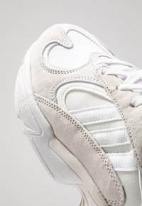 adidas Originals - YUNG-1 TORSION SYSTEM RUNNING-STYLE SHOES - Matalavartiset tennarit - cloud white/footwear white - 8