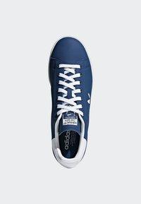 adidas Originals - STAN SMITH SHOES - Trainers - blue/white - 2