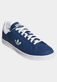 adidas Originals - STAN SMITH SHOES - Trainers - blue/white - 3