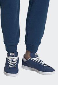 adidas Originals - STAN SMITH SHOES - Trainers - blue/white - 0