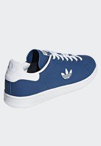 adidas Originals - STAN SMITH SHOES - Trainers - blue/white - 4