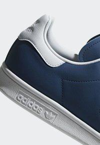 adidas Originals - STAN SMITH SHOES - Trainers - blue/white - 8