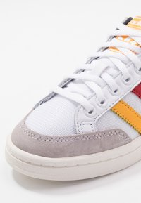 adidas Originals - AMERICANA  - Tenisky - footware white/active gold/scarlet - 5