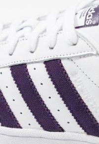 adidas Originals - SUPERSTAR - Sneakersy niskie - footwear white/legend purple - 5