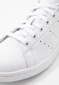 adidas Originals - STAN SMITH HEEL PATCH SHOES - Zapatillas - footwear white/scarlet - 5