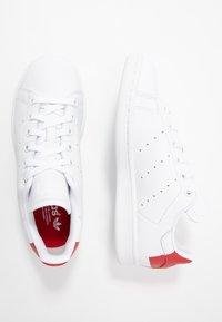 adidas Originals - STAN SMITH HEEL PATCH SHOES - Zapatillas - footwear white/scarlet - 1