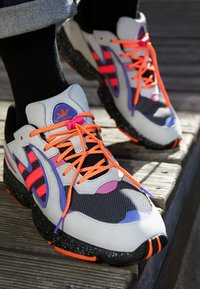 adidas Originals - YUNG-96 CHASM TRAIL TORSION SYSTEM SHOES - Tenisky - grey two/solar orange/core black - 7