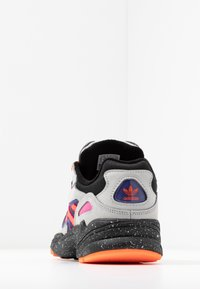 adidas Originals - YUNG-96 CHASM TRAIL TORSION SYSTEM SHOES - Matalavartiset tennarit - grey two/solar orange/core black - 4