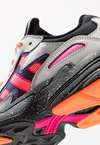 adidas Originals - YUNG-96 CHASM TRAIL TORSION SYSTEM SHOES - Matalavartiset tennarit - grey two/solar orange/core black - 8