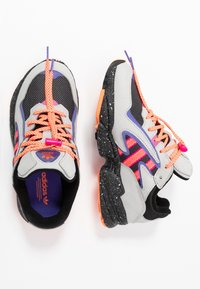 adidas Originals - YUNG-96 CHASM TRAIL TORSION SYSTEM SHOES - Matalavartiset tennarit - grey two/solar orange/core black - 2