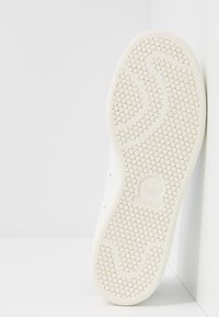 adidas Originals - STAN SMITH HEEL PATCH SHOES - Sneakers - footwear white/collegiate green/offwhite - 4