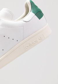 adidas Originals - STAN SMITH HEEL PATCH SHOES - Sneakers basse - footwear white/collegiate green/offwhite - 5